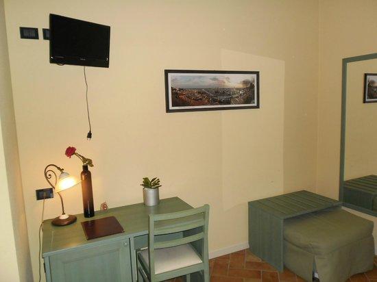 Hotel Antichi Cortili: Minibar und Schreibtisch