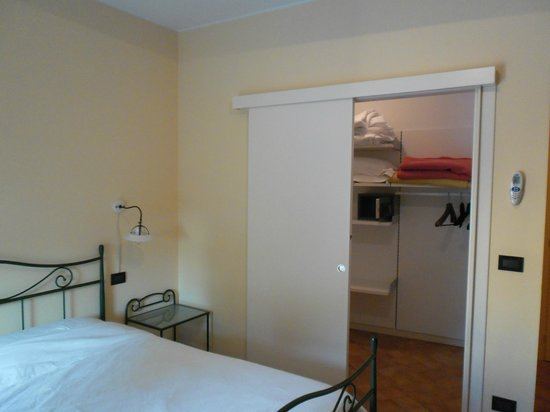 Hotel Antichi Cortili: Begehbarer Kleiderschrank