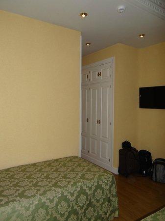 El Rincon de Gran Via: Vista do quarto e cama