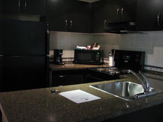 Executive Suites Hotel & Resort: kitchen