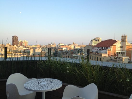 Renaissance Barcelona Hotel : Bar terracce overlooking city