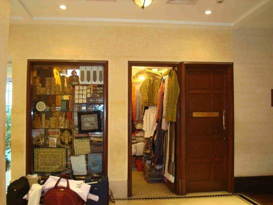 Radisson Hotel Varanasi: Shop de planta baja