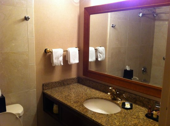 Sheraton La Jolla Hotel: Mirror and Towels
