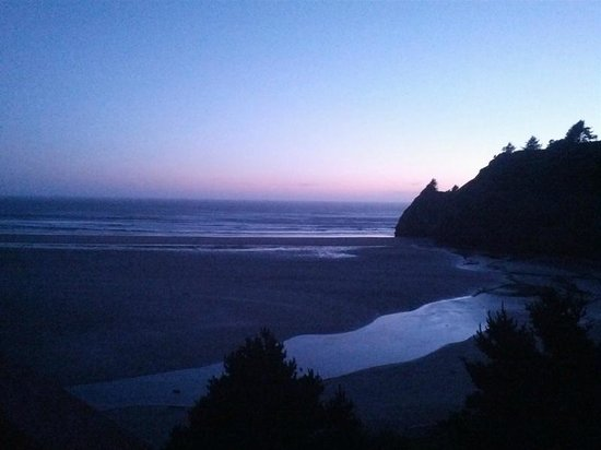 Agate Beach Motel: This is a view of a fading sunset from top of stairs.