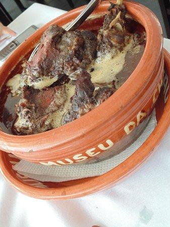 Miranda do Corvo, Portogallo: Chanfana... cabra velha assada no vinho dentro da panela de barro...