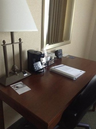 Hampton Inn Burlington: desk