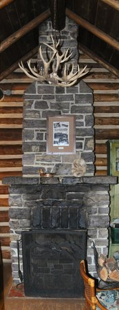 Storm Mountain Lodge & Cabins : Great fireplace!