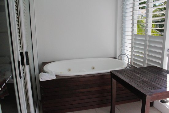 Peppers Beach Club & Spa: Spa bath on adjoining suite