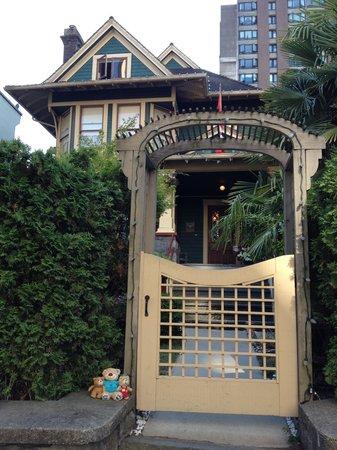 O Canada House: ゲート