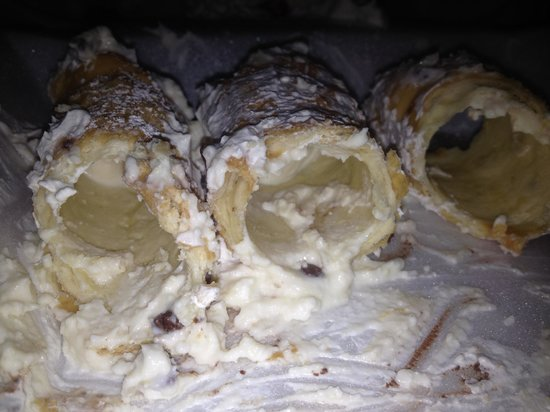 Papa Gianni's Ristorante: Cannolis, hardly filled.