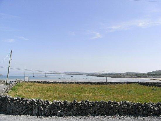 Aran Islands Hotel: ホテルの前は海岸