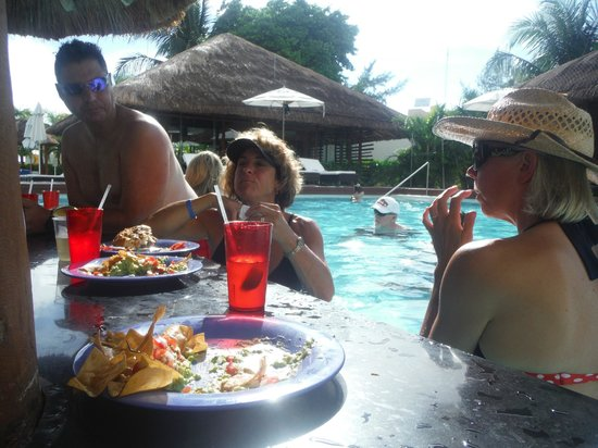Privilege Aluxes: Lunch at the pool bar