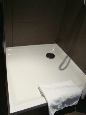 New Orient Hôtel : Shower floor