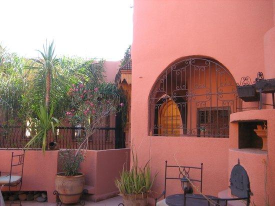 Riad Amira Victoria: a courtyard area