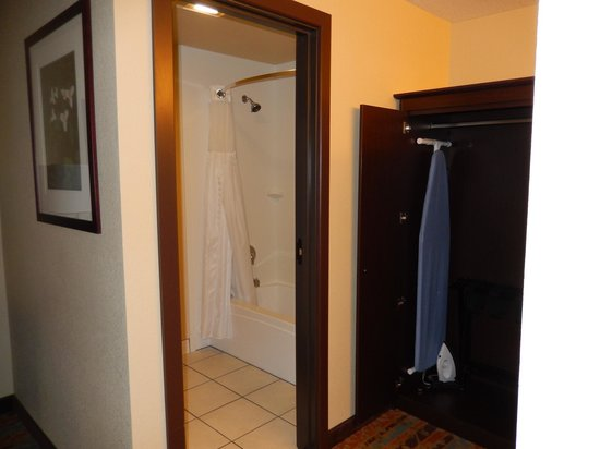 Best Western Windsor Inn: Shower and wardrobe