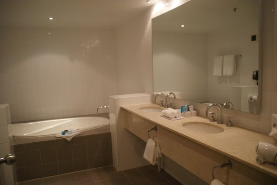 Novotel Perth Langley : La salle de bains très ordinaire