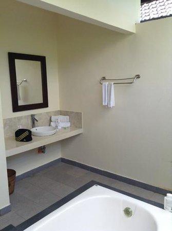 Bhanuswari Resort & Spa: bathroom