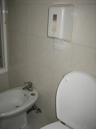 Hotel da Bolsa: Look at that t.p. dispenser!