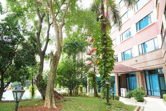Hotel Sahid Jaya Lippo Cikarang : View from the pedestrian