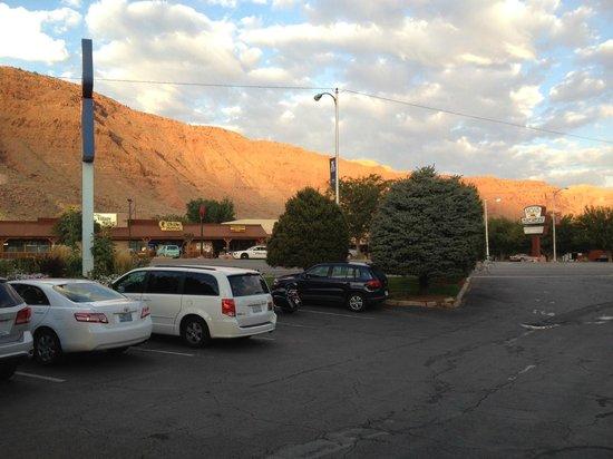 Moab Valley Inn : Parcheggio esterno con vista strada