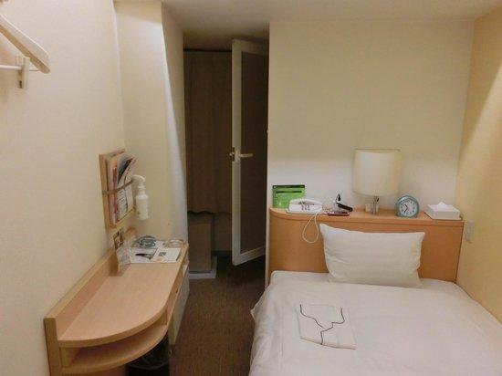 Chisun Inn Nagoya: バスルームは部屋の奥、窓に面する