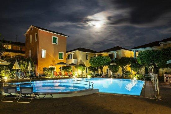 Alkyon Apartments & Villas Hotel: Piscina notturna