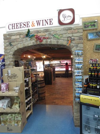 Allansford Cheese World and Museum: Entry to the Cheese World tasting counter and store