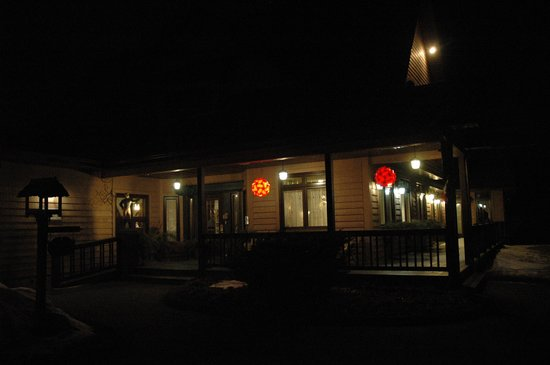 Auberge Les Jardins Inn : by night