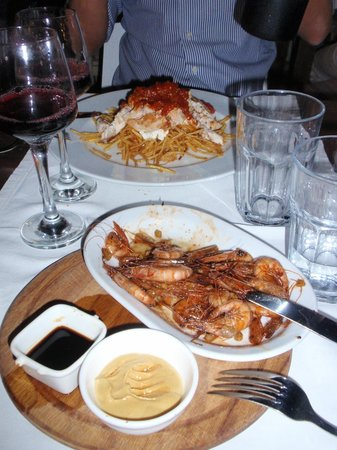 Musto Bistro : Crispy shrimps & Chicken with yoghurt, tomato sauce and rice