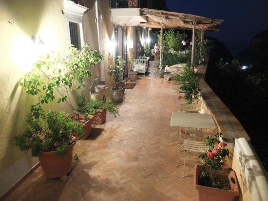 Torre dello Ziro : Terrasse de nuit