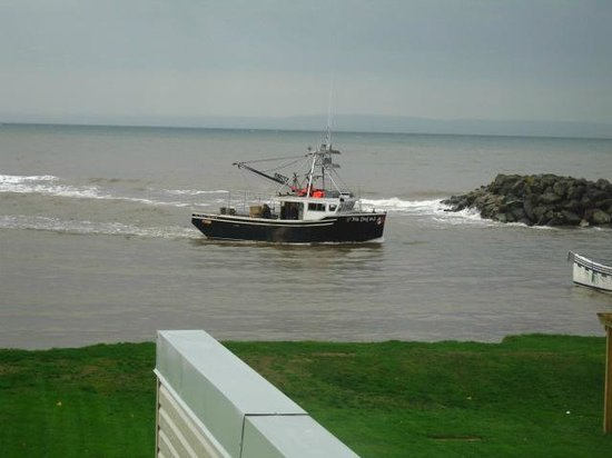Parkland Village Inn: Fishing boat coming into harbor.