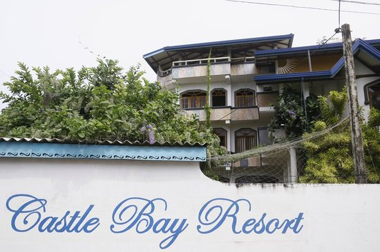 Castle Bay Resort: The hotel from the streetside
