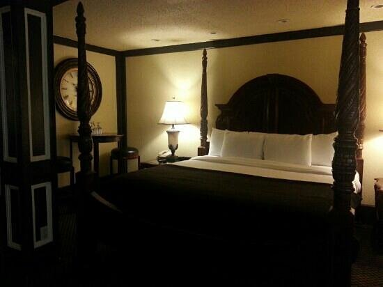 1905 Basin Park Hotel: Four poster king bed