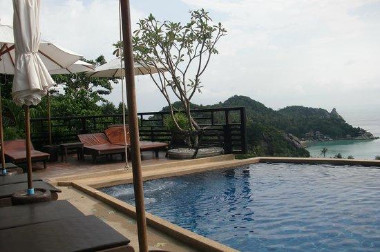 Chintakiri Resort: one side of the few sun loungers