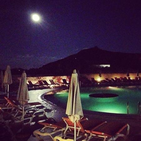 Camping La Pietra : la piscina e la luna