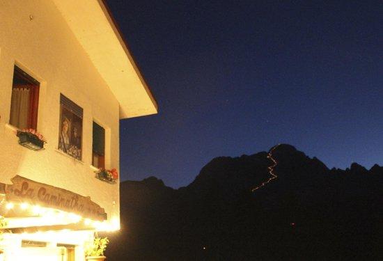 Hotel La Caminatha: Fiaccolata su Monte CIvetta vista dal piazzale dell'hotel