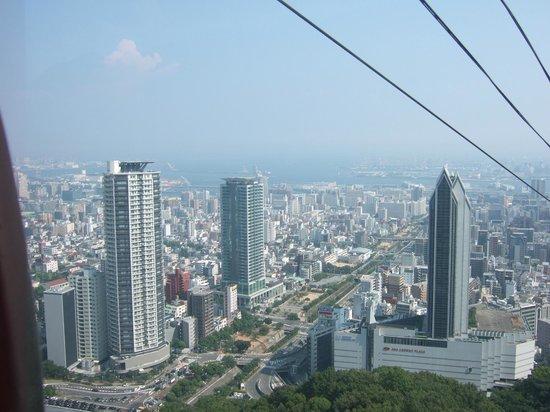 "ANA Crowne Plaza Kobe: veduta hotel dalla telecabina ""herbal gardens"""
