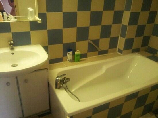 Alba-Flora Hotel: salle de bain vieillote