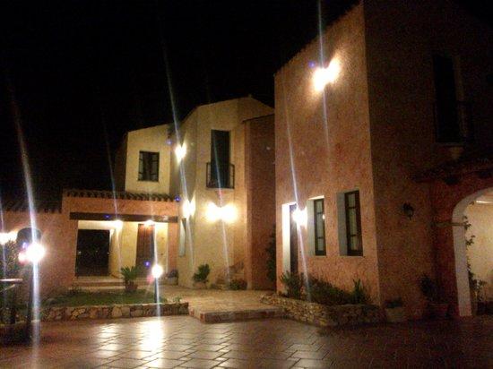 La Corte Rosada : vista notturna della struttura
