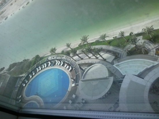 Novotel Abu Dhabi Gate : Swimming pool & outdoor restaurant view from 10th floor