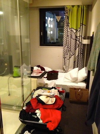 Shibuya Granbell Hotel: Pretty cramp if you brought and bought as much junk as me