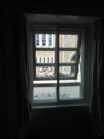 Douglas Arms Hotel: Finestrina della camera doppia