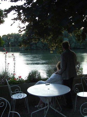 Hotel-Restaurant La Chaine d'Or: The garden terrace over-looking the river