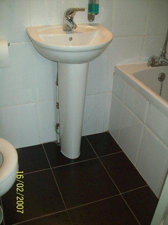 Kensington West Hotel: Il bagno è davvero minuscolo e accedere alla doccia attraverso la vasca da bagno difficoltoso.