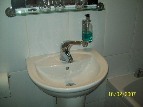 Kensington West Hotel: Il lavabo ha le dimensioni di un'acquasantiera