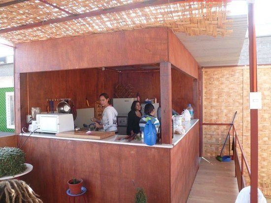 Uma Jaqi Surf Hostal: The kitchen of the hostal on the terrace on the second floor