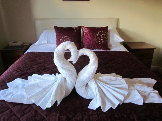 The Buck Inn, Chop Gate: Our bedroom : towels made into swans !