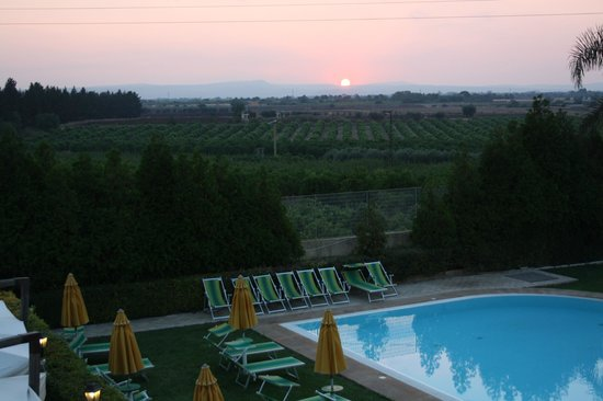 Il Podere Hotel: Het zwemad bij avondlicht