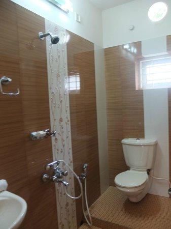 Bella Art & Meditation House : Salle de bain à l'étage