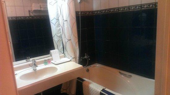 Wen Pin Hotel - Pier 2: Bathtub - grimy shower curtain